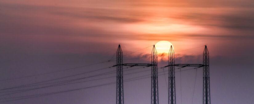 La luz baja un 54% gracias a las renovables y cuesta la mitad que en Europa